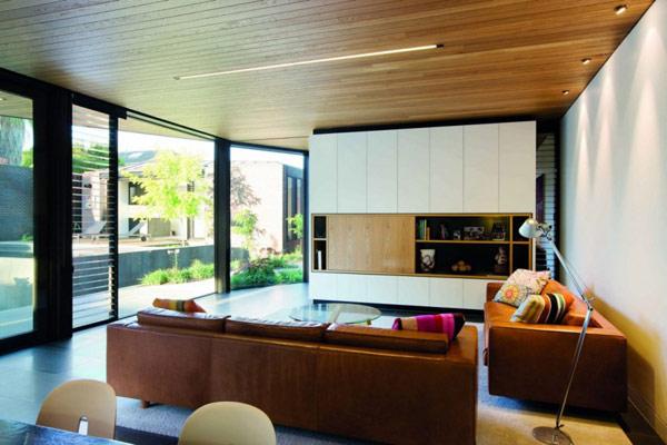 Массивная семейная резиденция, заинтриговывающая особенностями архитектуры