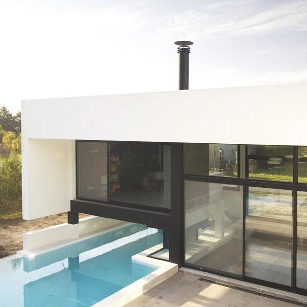 Черно-белый современный семейный дом с внушительным бассейном