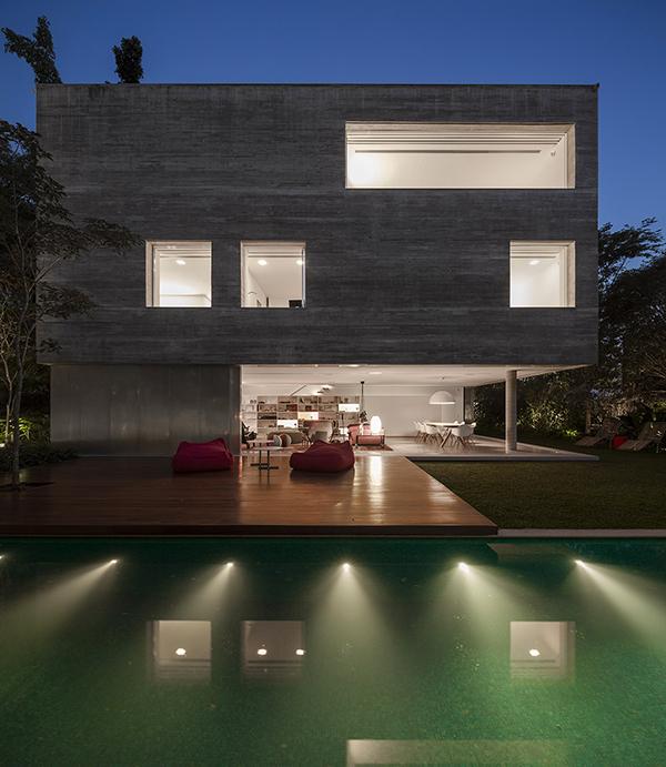 Твердый бетонный дом с колеблющейся областью зала дзэн