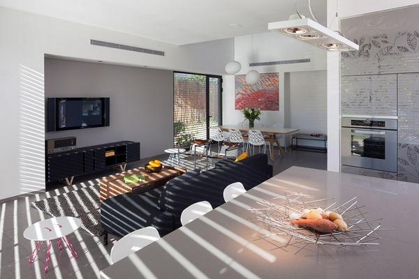 Трапециевидный дом в Израиле, демонстрирующий оригинальное оформление
