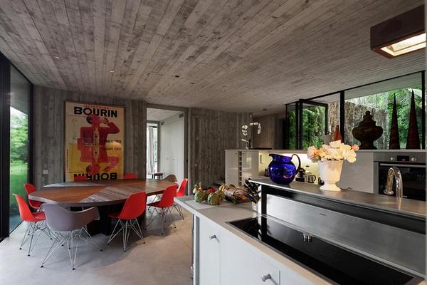 Смелый синтез стекла и бетона в дизайне частного дома