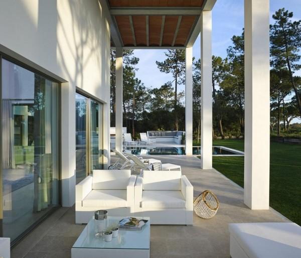 Португальский дом с высокими колонами и видом на поле для гольфа