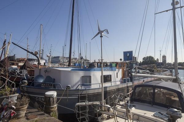 Нетипичный семейный дом: судоходный плавучий дом в Амстердаме от архитекторов из BBVH
