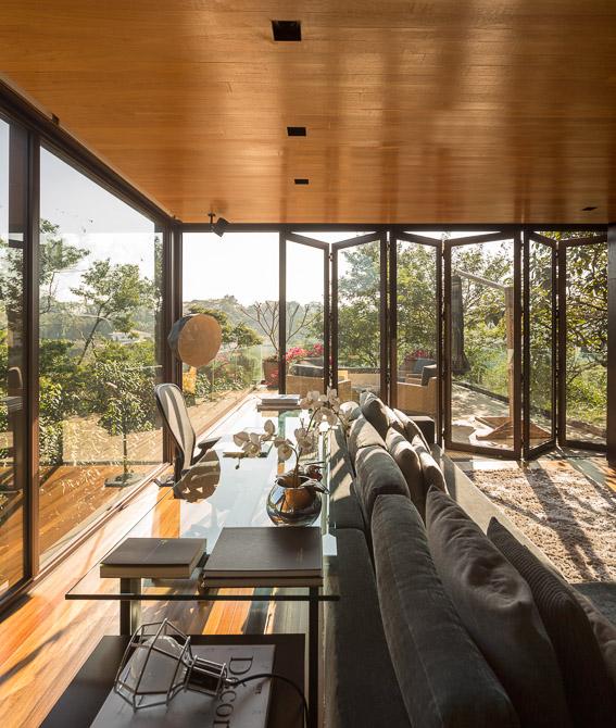 Стильное поместье с ретро-современным дизайном и винтовой лестницей