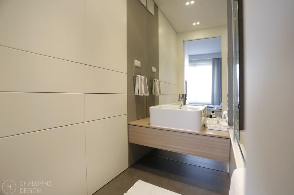 Постиндустриальная квартира в Варшаве, демонстрирующая чистый и изящный дизайн