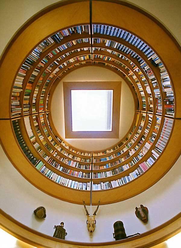 Круглый книжный шкаф, парящий в воздухе