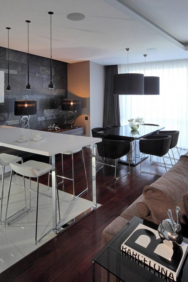 Контрастные цвета и материалы в дизайне московской квартиры