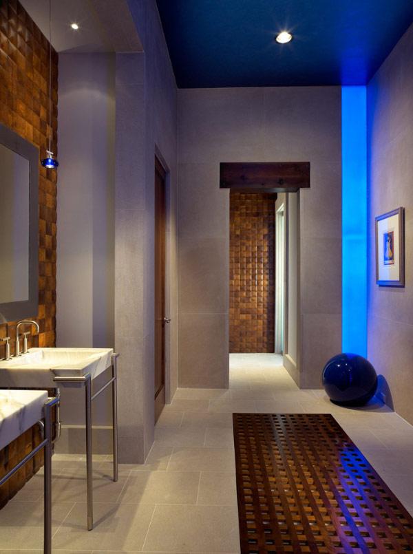 Дом с бассейном с экстравагантными конструктивными особенностями