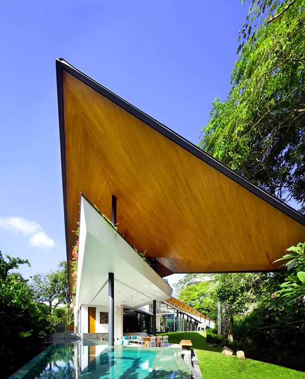 Современный дом необычной формы, вдохновленный традиционной малайской архитектурой