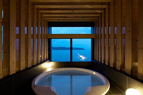 Современная вилла странной формы в Токийском заливе