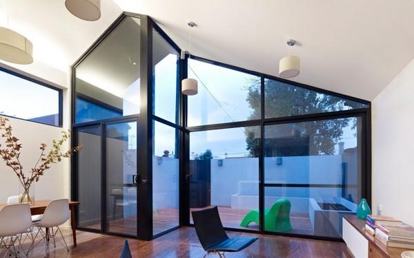 Дом с линией современного дизайна, расположенный в историческом викторианском районе