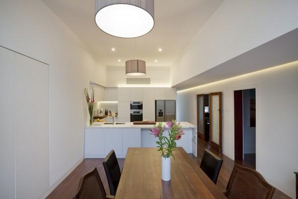 Современное и компактное дополнение для традиционного кирпичного дома