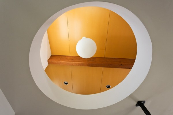 Схема современного дизайна с небольшим количеством дополнений: резиденция Hollcroft