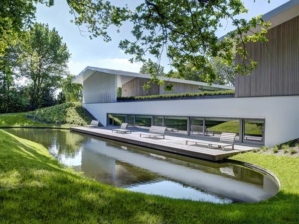 Оригинальная архитектура, встроенная в прекрасной сельской местности в Нидерландах