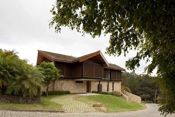 Дом на холмах: захватывающий органический силуэт